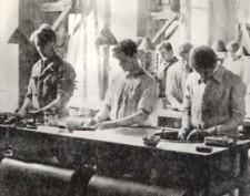 Polissage du verre à l'Institut d'Optique, vers 1927. Crédits IOGS